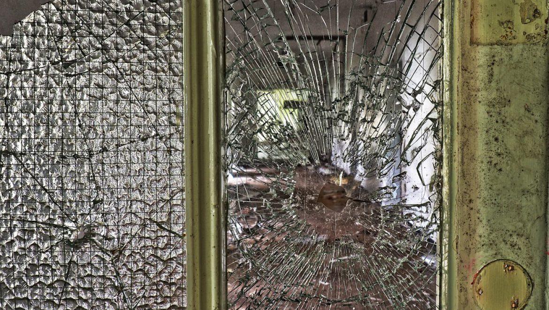 נער בן 17.5 נפצע מדלת זכוכית בבית הספר עמל ובית הספר חויב ב-60 אחוזים מנזקי הנער